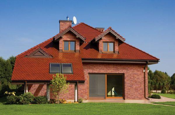 Handgeformte Klinkerriemchen Purpurregen auf der Hausfassade