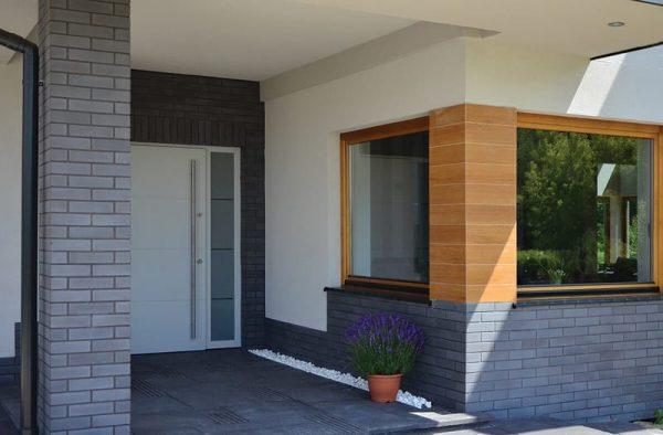Winkelriemchen grau auf der Hausfassade