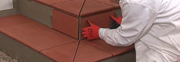 Setzstufe rot Montage bei Treppen